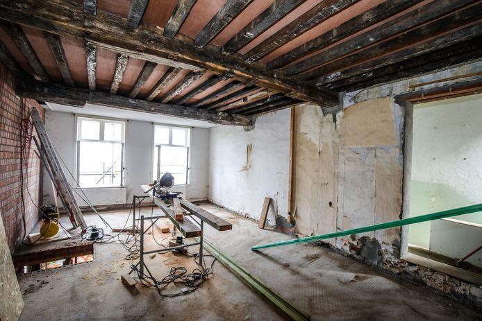 De houten balken in het plafond moesten van de stad Brugge teruggeplaatst worden.