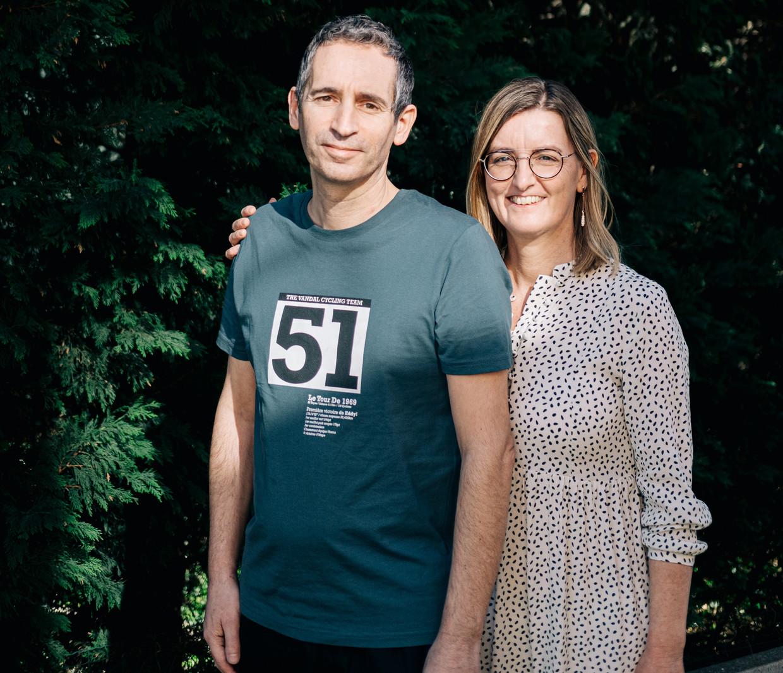 Gino Vannieuwenhuyze en zijn vrouw Cindy Van Eyck. Covidpatiënt Vannieuwenhuyze lag vijftien dagen in een kunstmatige coma.'Van een kwieke, sportieve veertiger ben ik veranderd in een tachtiger.'