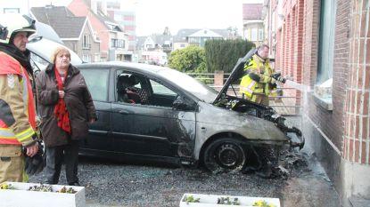 Auto brandt uit op oprit, ook raam gesprongen door de hitte
