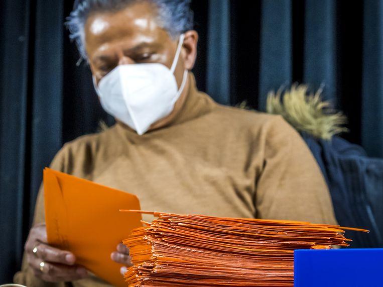 De briefstemmen van Nederlanders in het buitenland worden een week voor de verkiezingsdatum verwerkt. Kiezers buiten Nederland stemmen standaard per brief.  Beeld Lex van Lieshout/ANP