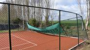 Tennisvelden zwaar beschadigd door storm