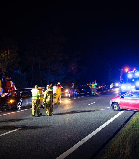 Auto eindigt na botsing tegen de vangrail op A28 bij Nunspeet