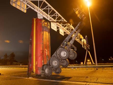Vrachtwagen ramt met laadbak matrixborden op A28 bij Zwolle, snelweg urenlang dicht