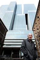 Rem Koolhaas in 2013, voor zijn De Rotterdam, toen net gebouwd op de Wilhelminapier.