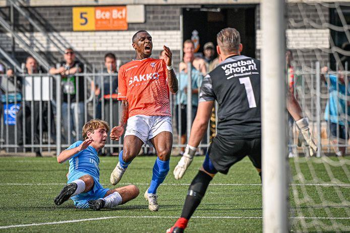 Gerson Pisas (midden) baalt nadat een Roosendaal-verdediger hem de bal heeft ontfutseld.