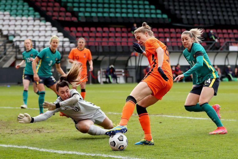 De Australische doelman Mackenzie Arnold, Vivianne Miedema uit Nederland en Alanna Kennedy uit Australië in actie tijdens de internationale vriendschappelijke voetbalwedstrijd voor dames tussen Nederland en Australië in Nijmegen. Beeld EPA