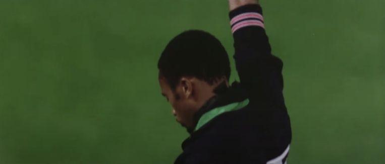 Op de Olympische Spelen van Mexico, 1968, steekt Tommie Smith (goud) zijn  zwart gehandschoende vuist omhoog tijdens het Amerikaanse volkslied. Beeld