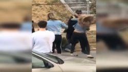 Agent slaat vrouw in het gezicht, familie eist sancties