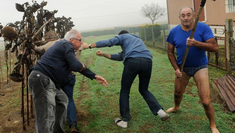 Vogelbeschermers in gevecht met vogelstropers, Audon, Frankrijk, 9 november 2015. Beeld Gaizka Iroz / AFP