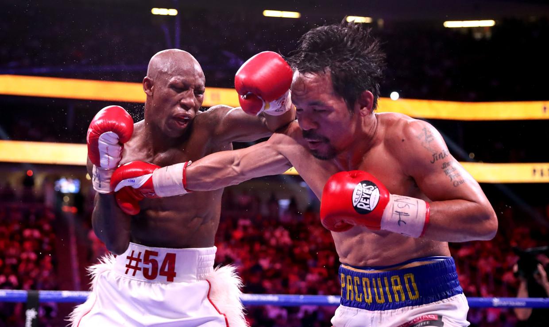 De Cubaan Yordenis Ugas raakt de Filipijn Manny Pacquiao hard met zijn linker, zaterdag in de T-Mobile Arena in Las Vegas. Beeld AFP