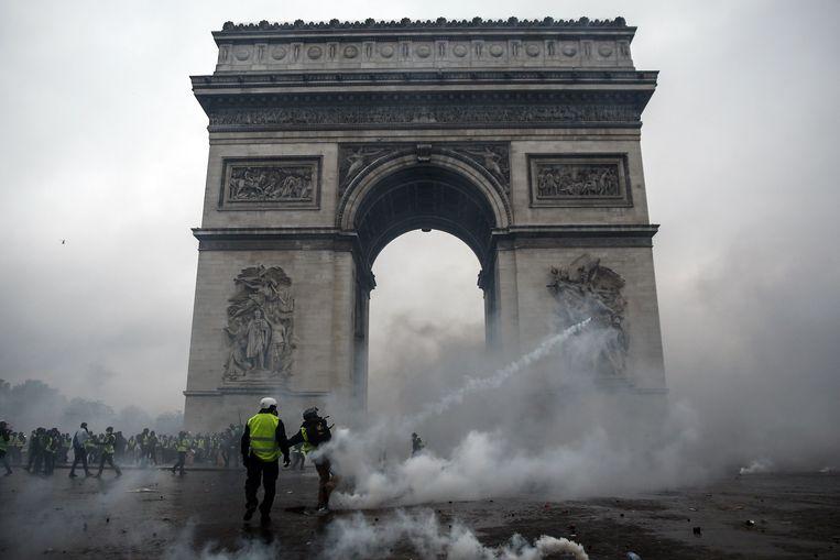 Rond de Arc de Triomphe kwam het tot botsingen van demonstranten en militaire politie. Beeld AFP