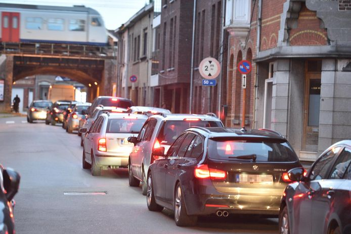 Momenteel dagelijkse kost in hartje Zottegem: In de rij aanschuiven met de wagen.