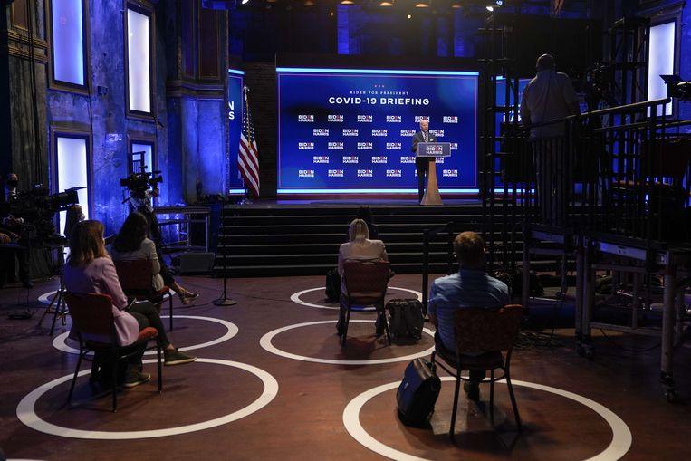 Tijdens de toespraak van Biden in Wilmington moesten de aanwezige journalisten zich aan sociale afstandsregels houden. (16/09/2020) Beeld AFP
