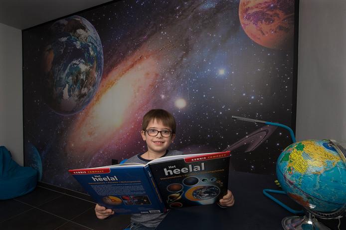 Ruimtefanaat florian heeft in zijn kamer nu alles over het heelal