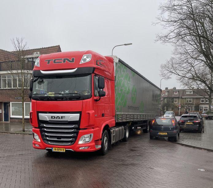 Bewoners van Armhoefse Akkers maken foto's van het grote vrachtverkeer. Deze werd maandag gespot.