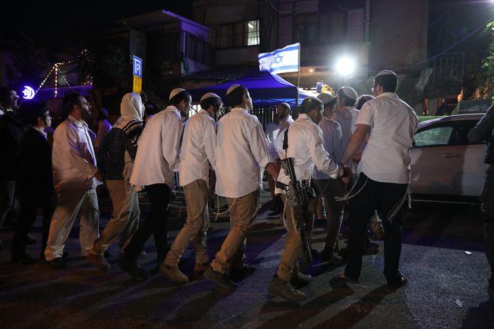 Israëlische kolonisten dansen voor de woning van een Palestijns gezin dat met uitzetting wordt bedreigd.