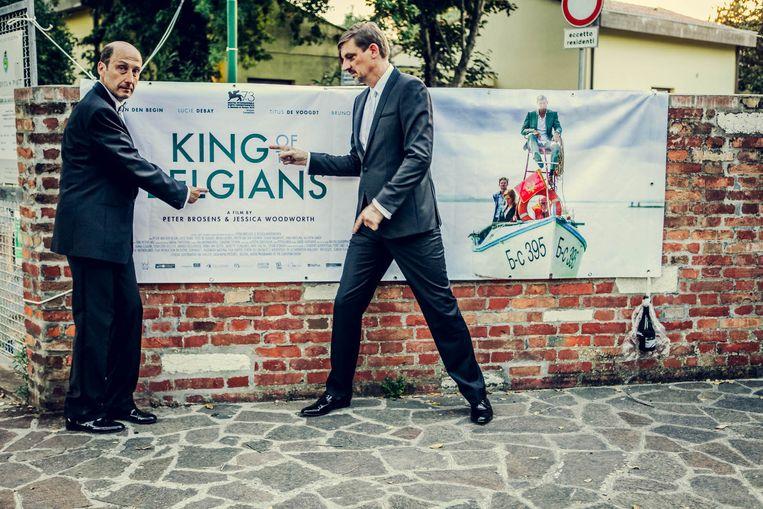 Peter Van den Begin dolt met zijn collega Bruno Georis bij de affiche van 'King of the Belgians'. Beeld RV