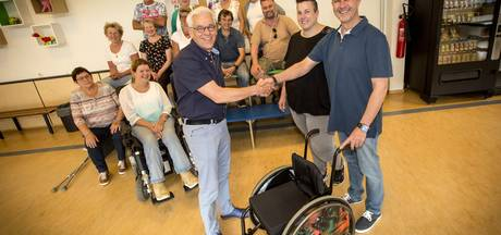 Rolstoel van overleden Jessie uit Overdinkel overhandigd aan Kans op Wielen