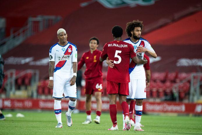 Patrick van Aanholt (links) en Jairo Riedewald begroeten landgenoot Georginio Wijnaldum, na het duel met Liverpool/