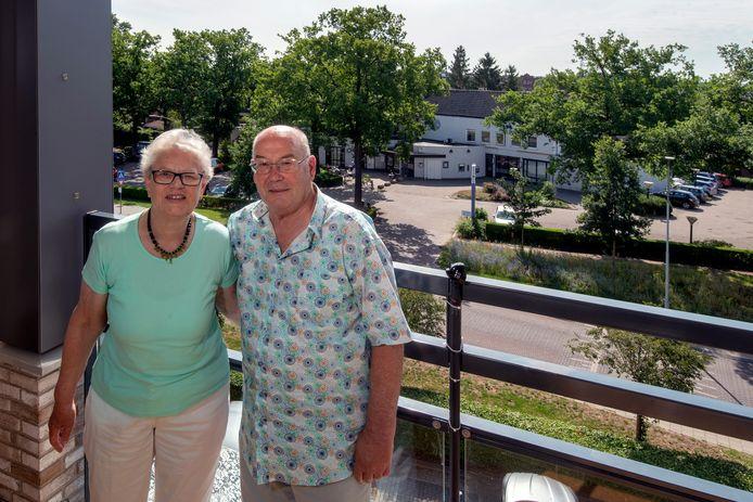 André en Marja Gerhards op hun balkon.