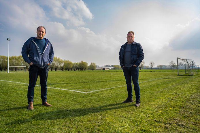 Geert Valcke en Renaat Heyvaerts van De Rangers op het grasveld dat tot padelterreinen kan omgevormd worden. Het plan van de voetbalclub kan echter niet meteen op enthousiasme rekenen van het schepencollege.