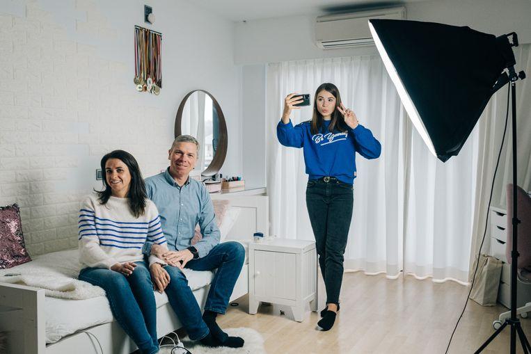 Stien Edlund (@stien_dd op TikTok) en haar ouders Kirsten Timmerman en Krister Edlund.  Beeld Wouter Van Vooren