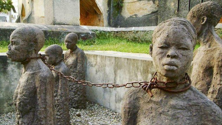 Detail van een beeldengroep op het plein waar ooit de slavenmarkt was in Zanzibar. Beeld Hollandse Hoogte