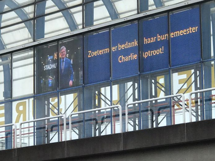 Zoetermeer bedankt de burgemeester vandaag via de schermen op de bekende Mandelabrug over de A12.
