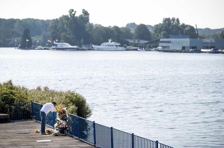 Bloemen ter nagedachtenis aan Bas van Wijk bij de Nieuwe Meer. Beeld ANP