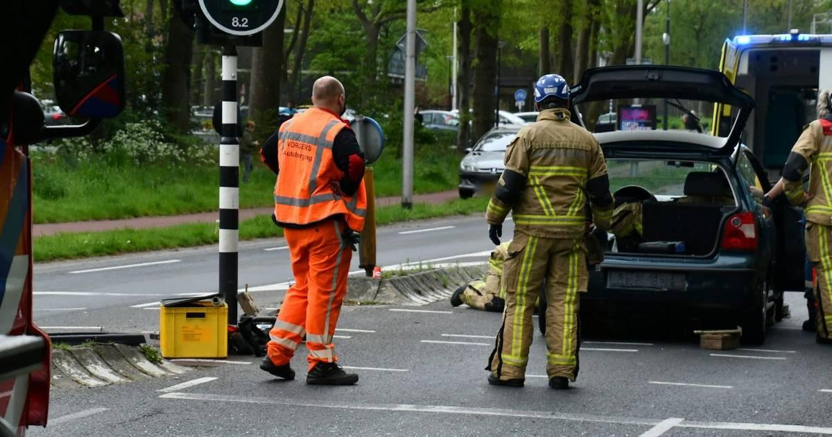 Bijrijder uit auto geknipt na ongeluk in Enschede.