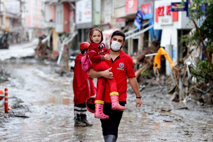 Reddingsteams aan het werk in Kastamonu.