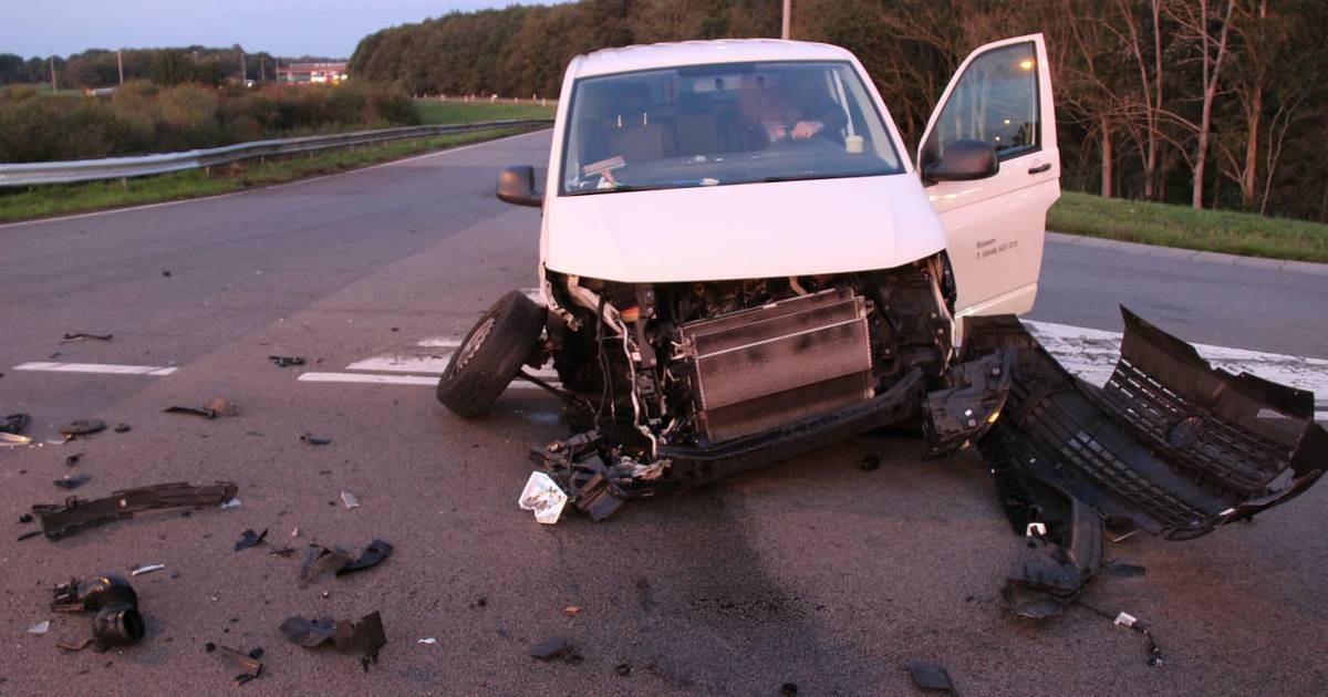 Ravage op N332 bij Holten na botsing tussen busje en auto.