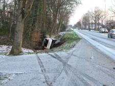 Glibberen en glijden in Oost-Nederland: Automobilist eindigt in sloot in Oldebroek