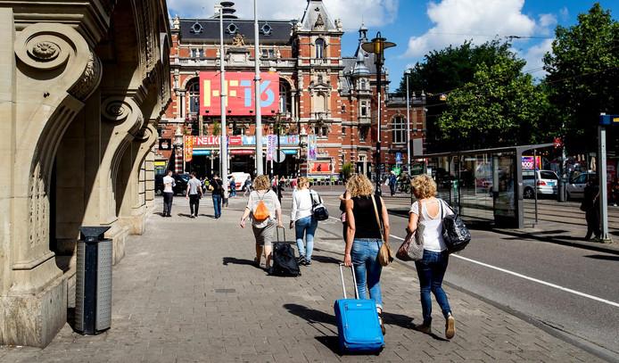 Toeristen met rolkoffers op het Leidseplein.