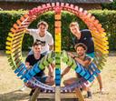 Vier vrienden in Overasselt hebben een kunstwerk gemaakt in de vorm van een Peace-teken en Hart tegelijk.