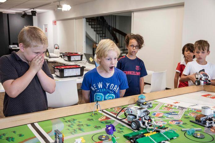 Een voorbeeld van kinderen met een robot die ze met Lego bouwden.