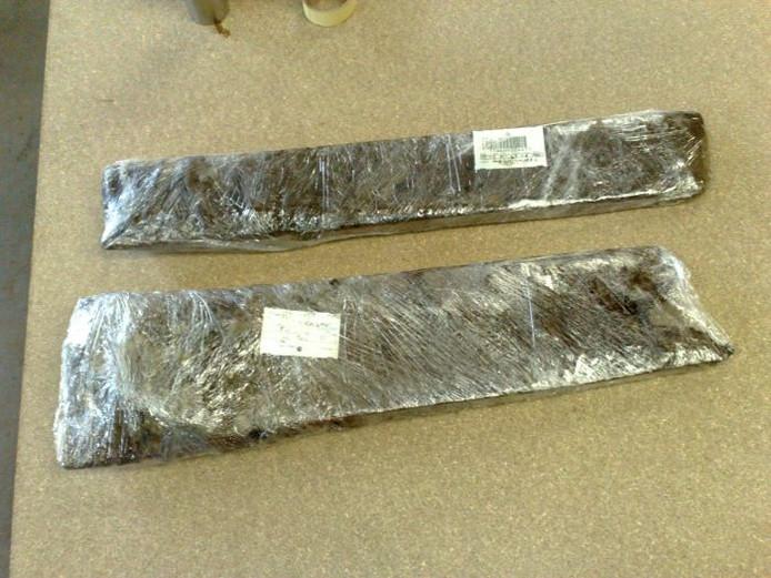 Twee planken van de Romeinse waterput, ingepakt in folie en in depot opgeslagen bij de opgraving op Bijsterhuizen. foto: Menno Pols/DG
