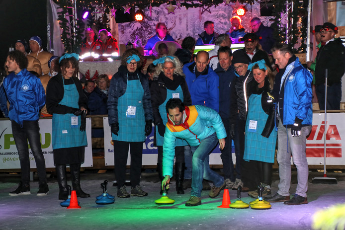 Een van de activiteiten van de Bornse Lions is curling op de ijsbaan.