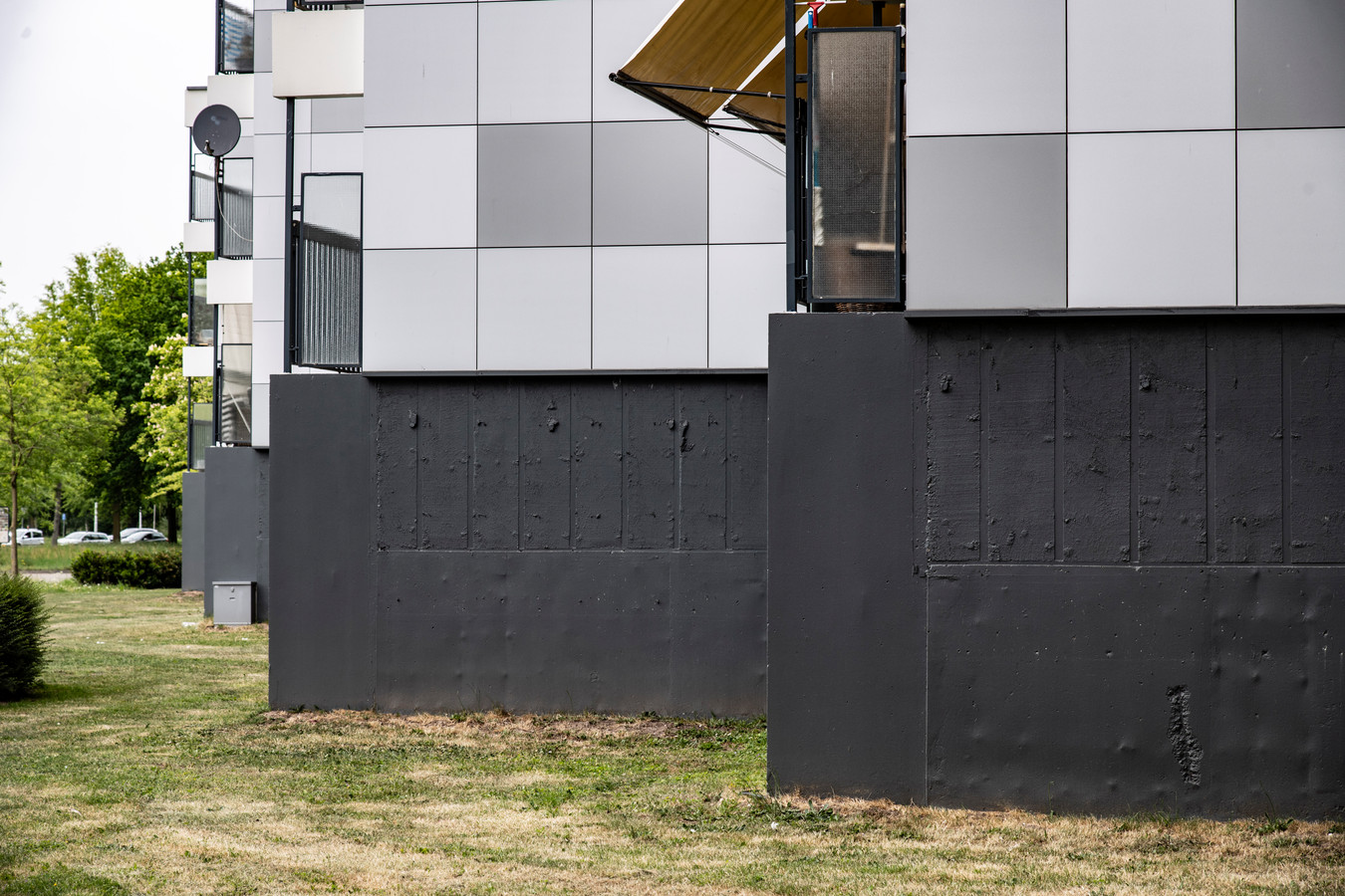 Een flat in Lankforst die op de 'zwarte lijst' met mogelijk brandgevaarlijke Nijmeegse panden staat. Om meer veiligheid te creëren is de onderste 2,5 meter gevelbeplating verwijderd.