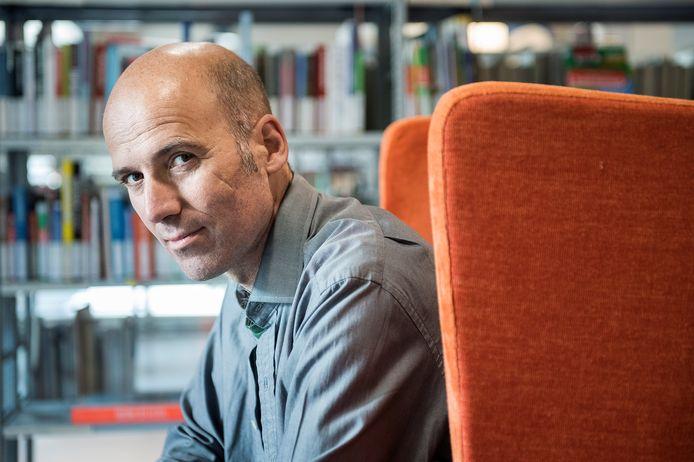 Thijs Goverde in de bibliotheek.