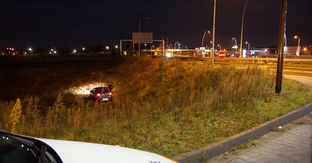 Auto belandt onderaan talud na botsing in Waalwijk.