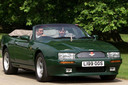 Prins Charles achter het stuur van 'zijn' Aston Martin
