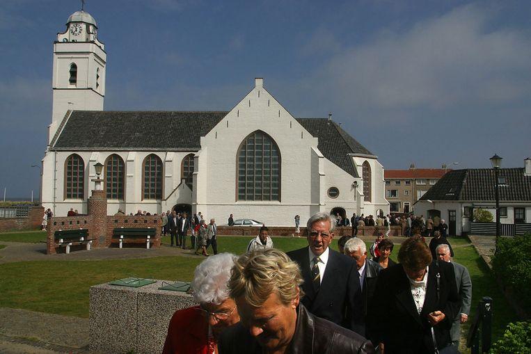 De Nederlands Hervormde Oude Kerk in Katwijk aan Zee stroomt leeg na de kerkdienst, 2003. Beeld Verhoeff, Bert