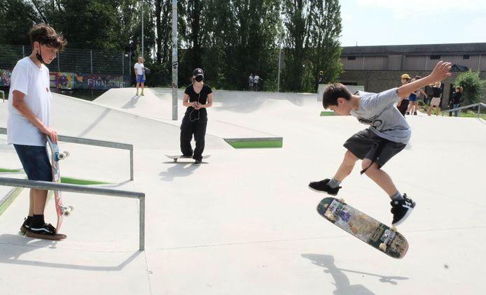 Jongeren leven zich uit in het skatepark aan het Lierse jeugdcentrum Moevement. Binnenkort kan er ook in deelgemeente Koningshooikt geskatet worden.
