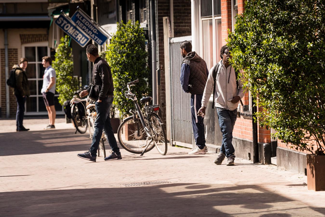 Ondanks een samenscholingsverbod, hangen er met name rond coffeeshop The Edge aan de Van Lochemstraat vaak veel dealers rond op straat.