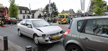 Kop-staartbotsing met drie voertuigen in Elburg: twee gewonden naar het ziekenhuis