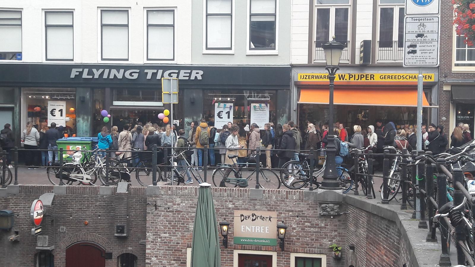 Gigantische Rij Op Oudegracht Vanwege Euro Actie Flying Tiger Foto