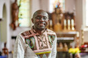 Pater Charles draagt geen witte boord