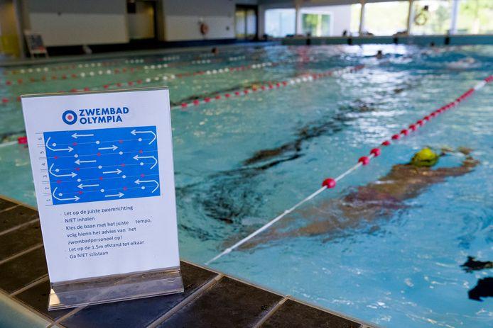 Een handjevol zwemmers waagde zich weer aan het baantjeszwemmen in Waalwijk