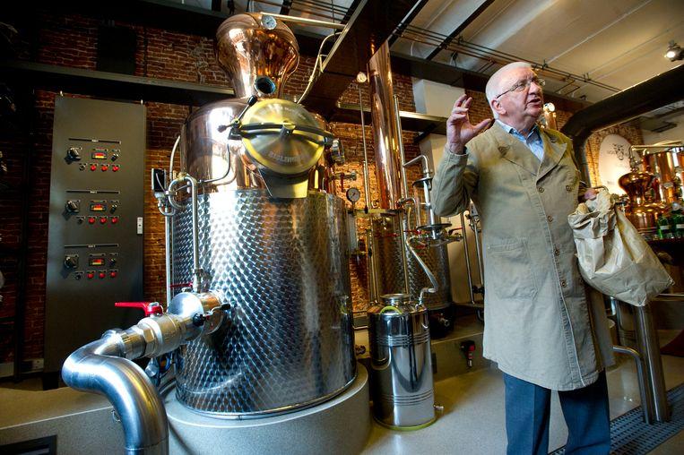 Distillateur Piet van Leijenhorst geeft uitleg over het proces tijdens de opening van de Lucas Bols Distilleerderij.  Beeld ANP